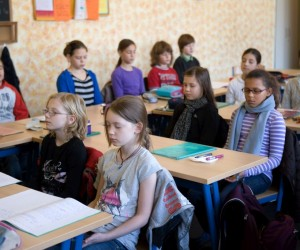 Foto Kinder meditieren in der Klasse