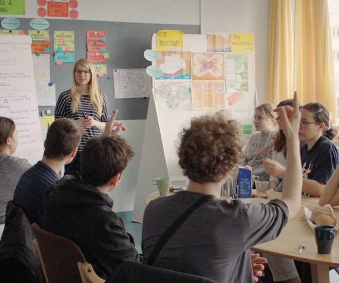 Lehrerin Lisa Viehoff mit Schülerinnen