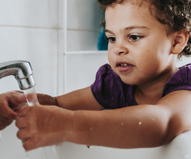 Foto Kind Händewaschen