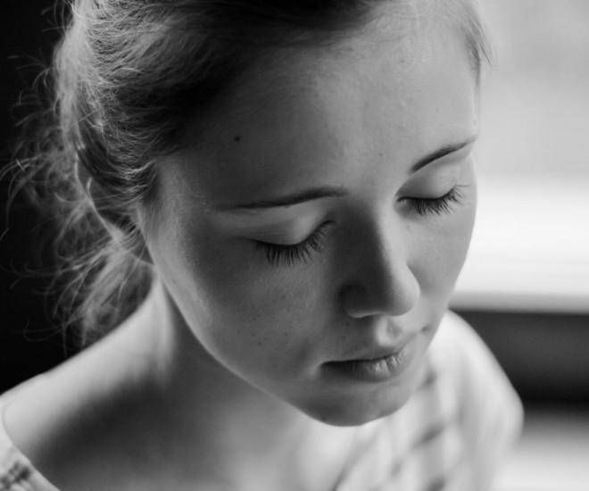 Foto junge Frau meditiert