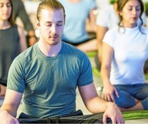 Foto Student:innen meditieren