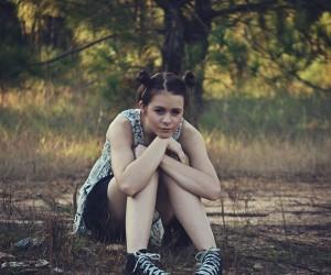 Jugendliche allein im Wald