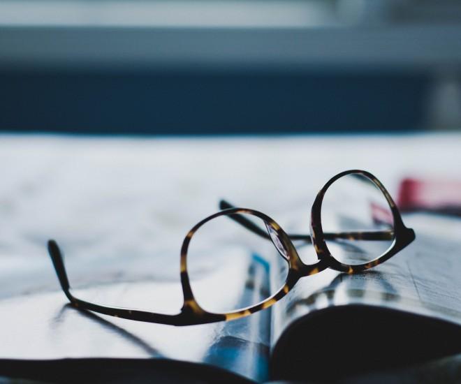Foto Brille und Buch