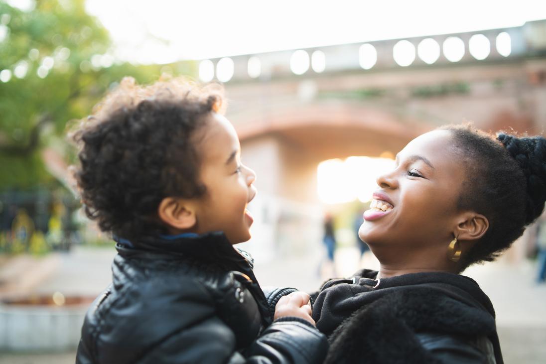 Mtter und Kind lachen