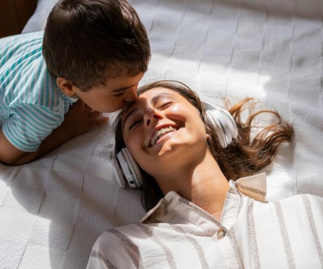 Mutter und Sohn Kopfhörer